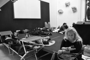 Siamo alla settima ora di spettacolo, le due di notte. qualcuno schiaccia un pisolino - Foto dalla 24 ore di Mount Olympus al Teatro Argentina di Roma sabato 17 e domenica 18 ottobre 2015