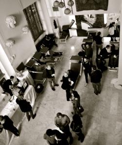 I lettini sono pieni, ma molti fanno la fila per il bar alle 3 del mattino - Foto dalla 24 ore di Mount Olympus al Teatro Argentina di Roma sabato 17 e domenica 18 ottobre 2015